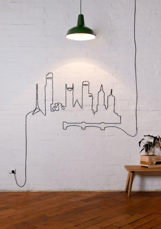 Городской сюжет на стене из черного кабеля