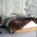Стул у кровати