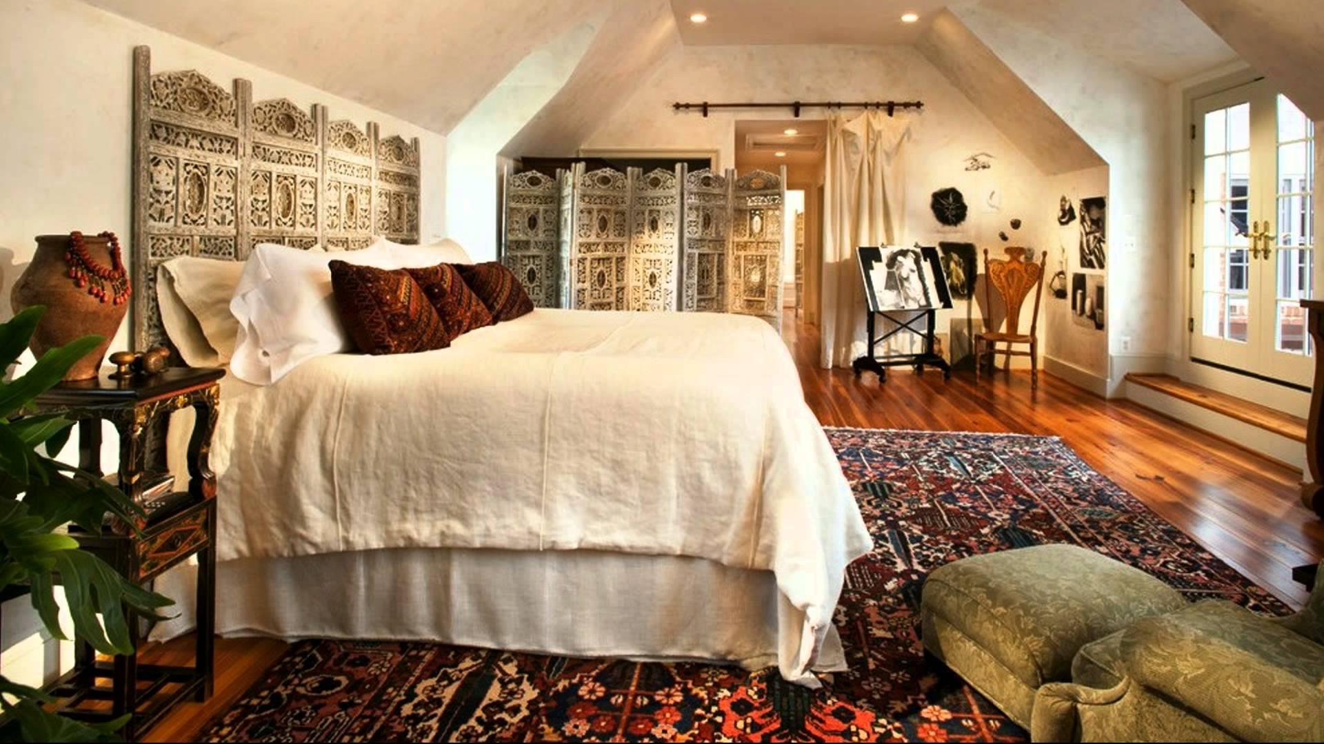 Высокая кровать с подушками
