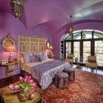 Интерьер спальни в марокканском стиле в красных и сиреневых тонах