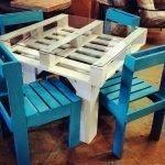 Синие стульчики вокруг белого столика