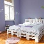 Лавандовые стены в спальне