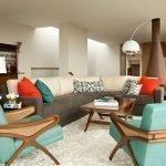 Коричнево-бежевый угловой диван с яркими подушками