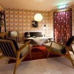 Освещение в комнате с интерьером в стиле 60-х